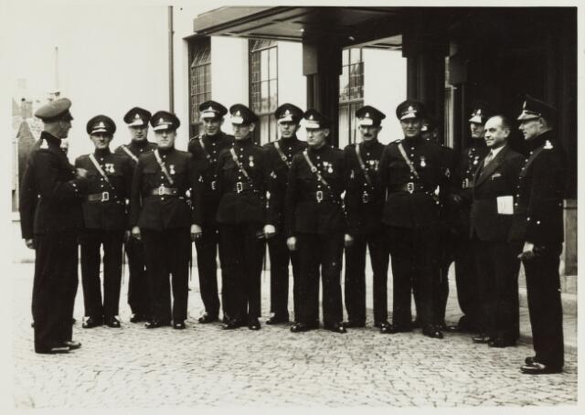 065152 - Politie. Onderscheidingen.  Een aantal onderscheiden politieagenten voor het Paleis Raadhuis.