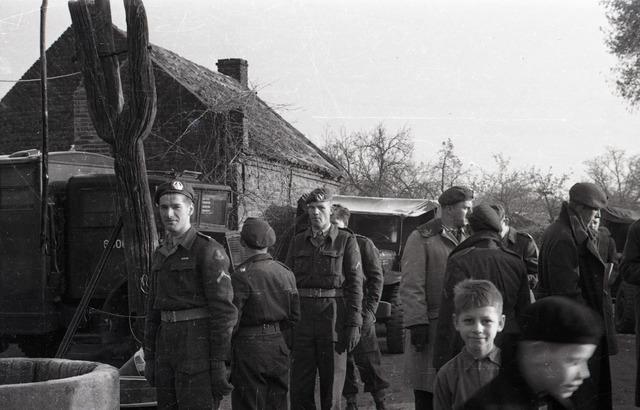 654103 - Militairen. Militairen voor boerderij.