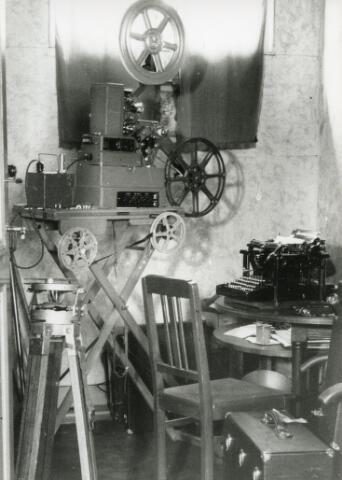 602010 - interieur huiskamer met filmprojector en typemachine