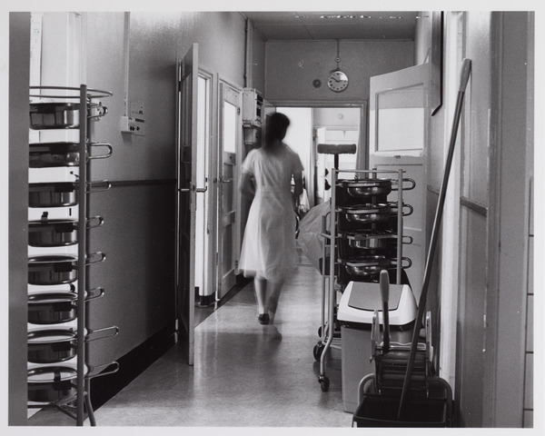 041802 - Elisabethziekenhuis. Gezondheidszorg. Ziekenhuizen. Gang naast de patiëntenkamers in het St. Elisabethziekenhuis met de rekken voor de po's.