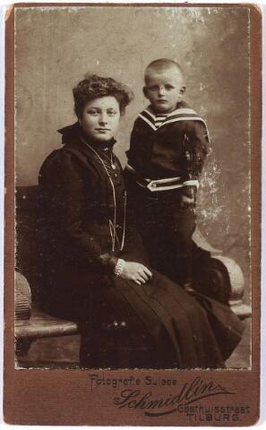 011452 - Regina DONDERS (1895-1983), van beroep onderwijzeres, met haar broer Gerard (geb. 1907), die ook onderwijzer werd. Hun ouders waren Jan Baptist Donders, wever, (1868-1945) en Adriana van den Heuvel (1867-1949).