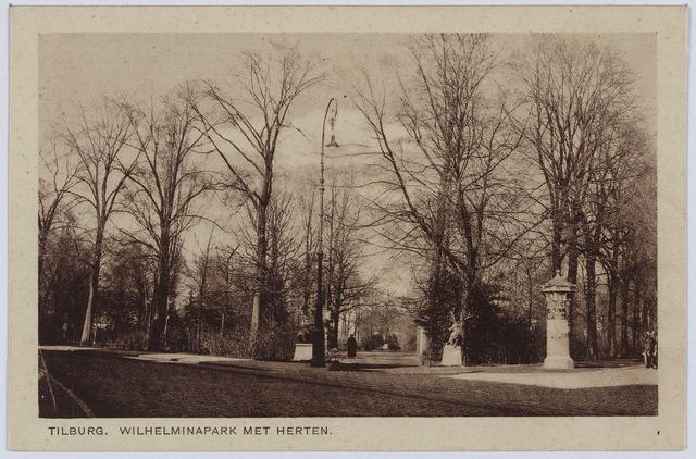 002859 - Wilhelminapark ingang met herten en rechts een reclamezuil.