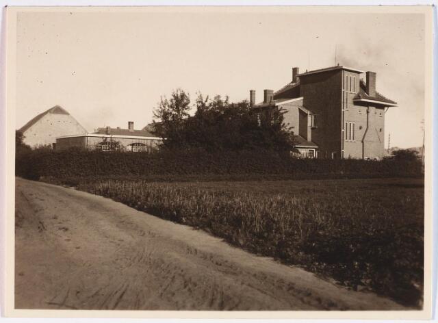 028322 - Pelgrimspad vanaf de Doornbosschestraat bij het viaduct Ringbaan-Oost. De villa is gelegen aan de Bosscheweg.