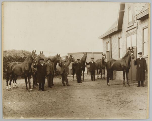 068473 - Paarden en paardenstal van stoomververij De Regenboog aan de Bredaseweg.
