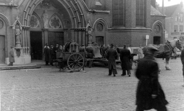 064683 - Tweede Wereldoorlog. Een dag na de bevrijding van Tilburg werden de klokken van de Heikese kerk, voorheen opgeslagen bij de Tilburgse Houtcentrale voor vervoer naar Duitse smelterijen, in triomf teruggebracht.