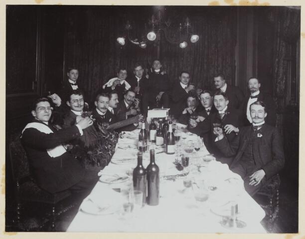 068509 - Studentenfuif in Amsterdam in 1900. Onder hen bevindt zich Jan van de Mortel, de latere burgemeester van Tilburg
