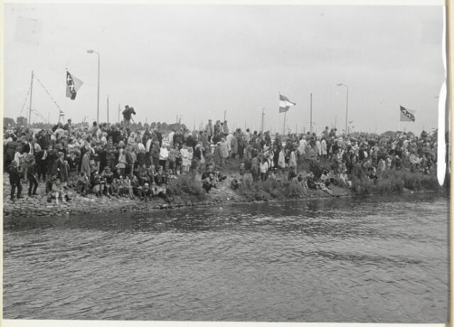 91689 - Made en Drimmelen.  Het publiek staat te genieten van de regatta tijdens de officiële opening van Jachthaven De Biesbosch