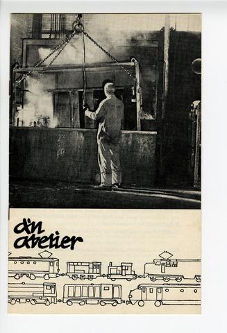 """604322 - D´n Atelier, maandblad. Personeelsblad van de NS werkplaats te Tilburg; 8e jaargang nummer 6.  Afbeelding: gebouw nummer 51, beter bekend onder de naam """"de kookbak"""".  Het is het domein van de heer Klerks, die de scepter zwaait over de twee kookbakken waarvan de grootste een inhoud heeft van 6000 liter. In deze bak worden de meest vuile onderdelen schoongekookt. Daarbij maakt men gebruik van Chemitar kookzout (een super witmaker). Het jaarverbruik van het kookzout is 9000 kg en heeft een waarde van 11.000,00 gulden. De duur van het kookproces van bijvoorbeeld schroefkoppelingen, brandstoftanks en draagpotten neemt ongeveer 1 1/2 uur in beslag; de koelerbuizen van de loc'n 5/600 moeten per gedeelte 's nachts worden geweekt om ze daarna brandschoon te spuiten."""