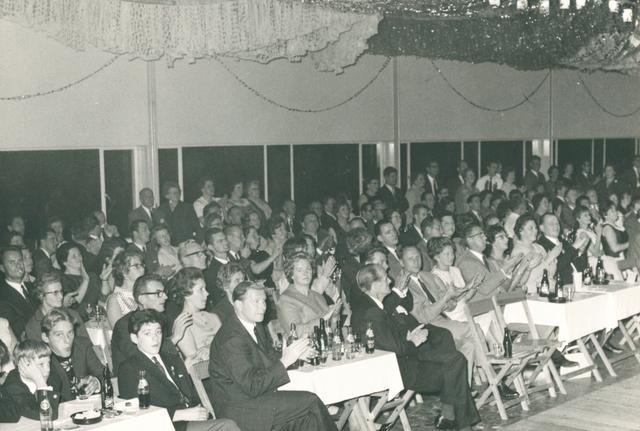 651506 - VOLT, Oosterhout. Philips 75 jaar. Op vrijdag 23 september 1966 werd een feestavond gegeven met artiesten. Hier een foto van het publiek.