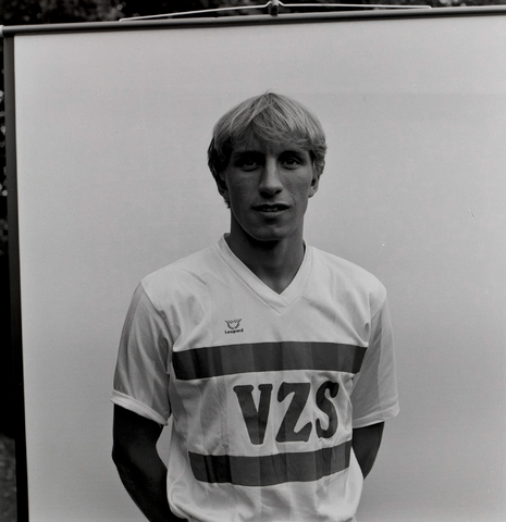 1237_011_818_023 - Sport. Voetbal. Portret van de selectie van Willem II in september 1984. Met shirt van sponsor VZS.