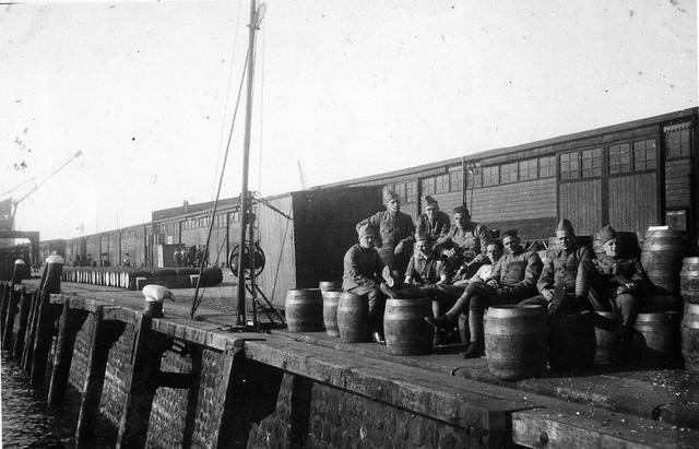 830042 - WO2: WOII; Tweede Wereldoorlog. Oorlogsjaren. groep soldaten. 'Ons plekje op de kaai ... ... ... ... Rotterdam.'