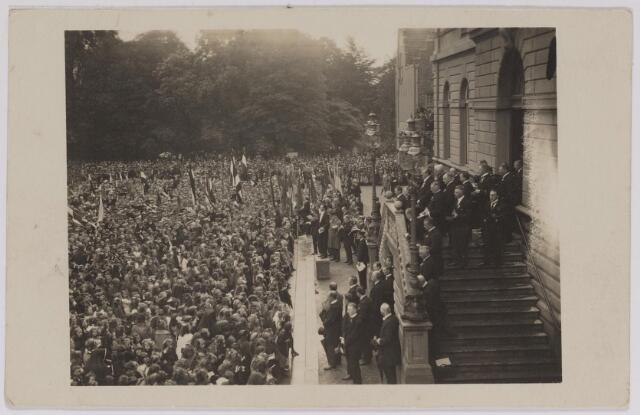 042635 - Een enorme mensenzee op de Oude Markt in september 1923 tijdens een muzikale hulde bij het stadhuis ter gelegenheid van het regeringsjubileum van koningin Wilhelmina