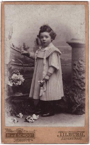 003881 - Joanna Judoca Elisabeth Francisca (Jo) BURMANJE, dochter van Wouterus Burmanje (1865-1924) en Elisabeth Stalpers (1860-1923), werd geboren op 2 augustus 1900 te Tilburg (Heuvel) en overleed aldaar op 11 mei 1973. Huwde met Petrus Joannes Maria (Pierre) van der Meijs (1897-1954).