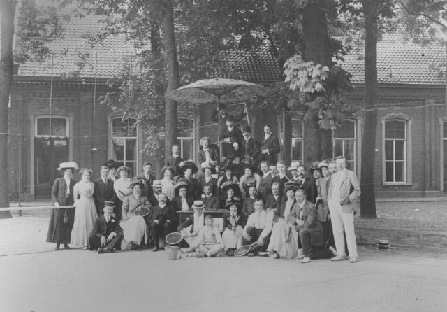 064324 - Sport. Tennis. Leden van de tennisclub van sociëteit de Philharmonie op de tennisvelden aan de Kloosterstraat.
