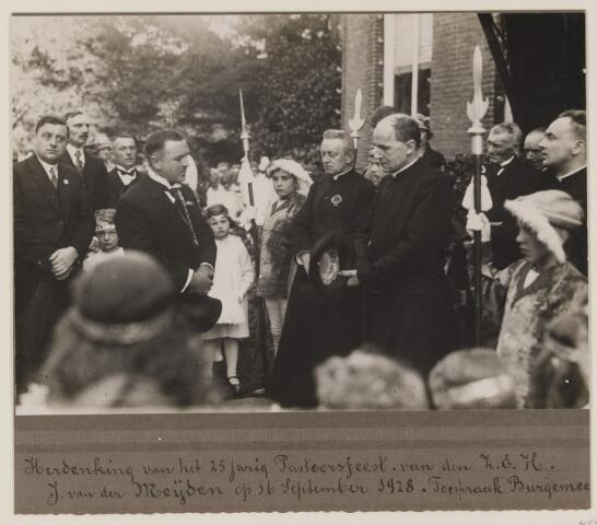 075476 - 25-jarig jubileum van pastoor H. J. van der Meyden op 16 september 1928. toespraak burgemeester Verwiel.