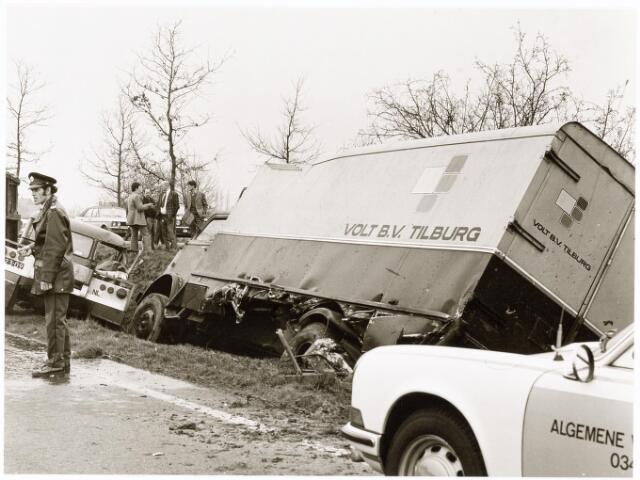 """039238 - Volt, Hulpafdelingen, Vrachtwagens. Vervoer, Expeditie, Logistiek. Omstreeks april 1975 vond een verkeersongeval plaats op de weg Eindhoven-Tilburg ter hoogte van de afslag Moergestel. Dit was tevens het einde van de """"zes-tonner"""" ZB-89-40. Persoonlijke ongelukken deden zich niet voor."""