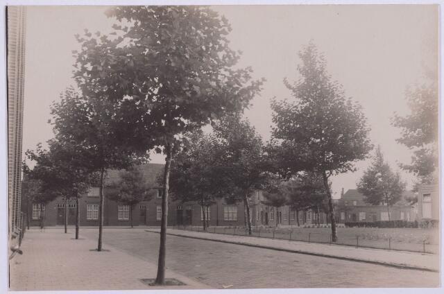 027905 - Panden aan het Paduaplein nummers 60,58,56 en 54; geheel rechts nog juist zichtbaar de lagere school en geheel links het badhuis