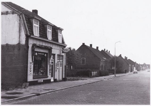 034382 - Drogisterij Franken aan het Lijnsheike, thans Von Weberstraat. In het midden de boerderij van de familie Huijbregts