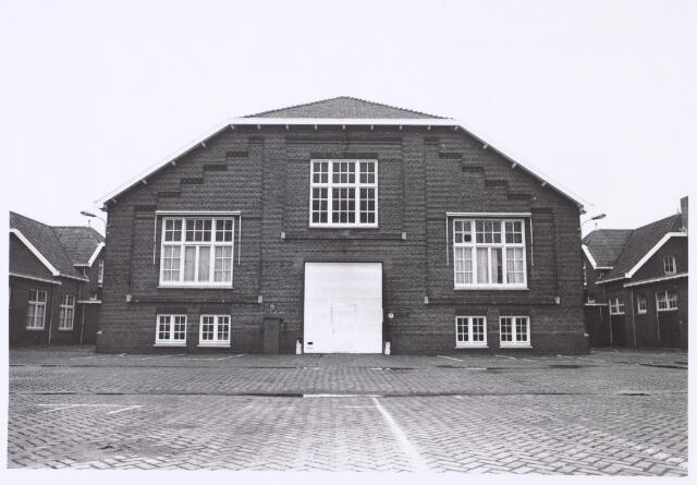 016373 - Gebouw S van de Generaal-majoor Kromhoutkazerne, een onderhoudsloods voor voertuigen. Voorheen diende het gebouw als manege