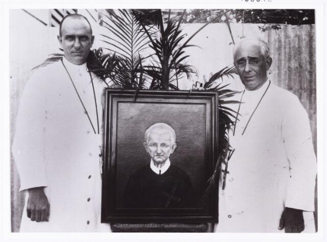 006842 - Paters Redemptoristen op de foto met een schilderij van Peerke Donders. Ook in Suriname is sprake van verering van Peerke Donders, sinds zijn overlijden in 1887.