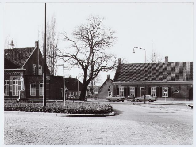 062812 - Inkijk in de Enschotsebaan vanaf de Kerkstraat met rechts de Boerderij van voorheen fam van Roessel aan De Kraan 1