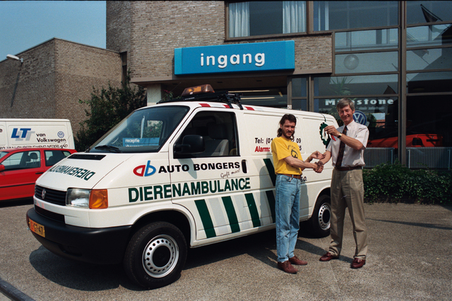 1237_010_764_001 - Overhandigen sleutels dierenambulance door auto Bongers.