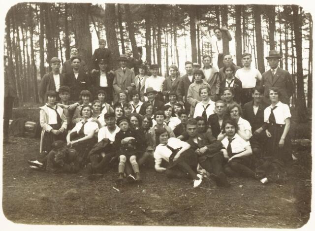 052834 - Volt Sportvereniging gymnastiek. Uitstapje naar Oisterwijk rond 1935. Zittend 2e van links Jo Vermeulen. Staande uiterst rechts zijn vader Jan de oprichter en voorzitter.