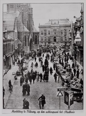 040649 - Markt op de oude Markt op de achtergrond het oude Raadhuis, links de kerk van 't Heike.