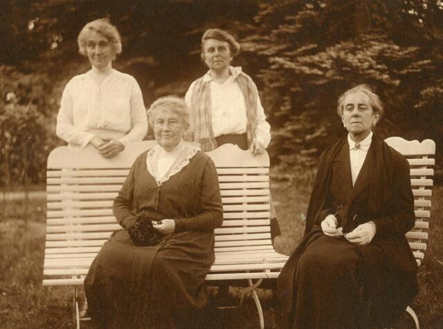 600601 - Kasteel Loon op Zand. Vier generaties Verheyen, dochters van Jhr. J.B.A.J.M. Verheyen (1818-1898) en Agnes A. E. gravin Dumonceau (1821-1893). Zittend links Emilie van Zinniq Bergmann-Verheyen (1849-1929) en Jkvr. Marie Verheyen (1850-1935). Staande links: Sophie Snouck Hurgronje-Verheyen (1857-1939) en Jkvr. Annet Verheyen (1863-1952)