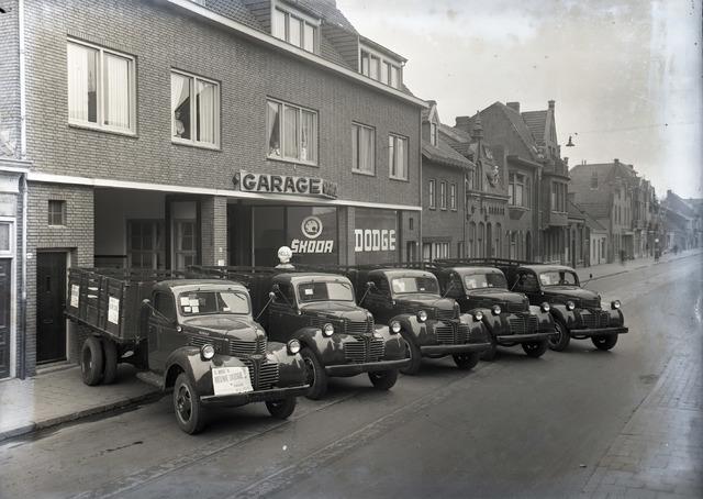 653884 - Garage Naaijkens. De straat werd gebruikt als showroom voor de nieuwe  Dodge Truck.