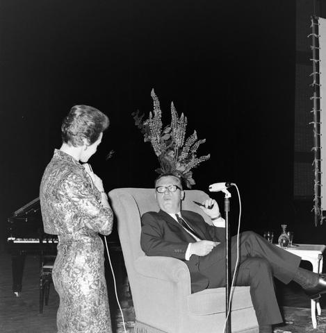1237_012_999-1_006 - Textiel. Garenfabriek . Van Besouw. Jubileum J.B.M.Mes 1966 Schouwburg Tilburg Jan Mes van de firma Van Besouw in gesprek met Karin Kraaijkamp tijdens een jubileumviering in 1966.