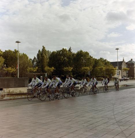 1237_012_908_003 - Gemeente Tilburg: wielergroep bij evenement.
