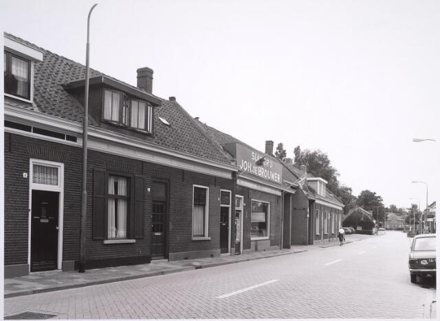 024994 - Laarstraat, gezien in de richting van de Ringbaan-Zuid. Rechts naast slagerij De Brouwer de ingangspoort naar een bejaardencomplex op het Korvelplein
