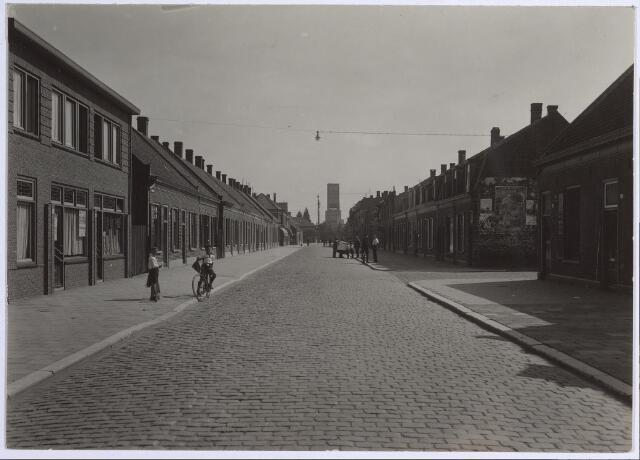 650617 - Schmidlin. De Molenstraat, gezien in de richting van de Ringbaan-Oost. Op de achtergrond is de toren te zien die behoorde bij de Internationale Tentoonstelling Stad Tilburg, 1934.