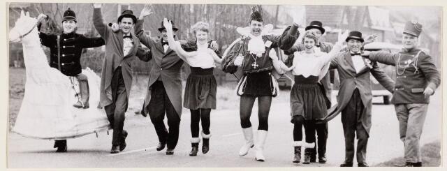 100093 - Carnaval. Prins Kluif 1 (= Jan Kusters) met zijn hofhouding in Den Hout. Aan zijn linkerhand Elly van Arendonk, zijn echtgenote.  Helemaal rechts Janus van den Bogaart, daarnaast Jan Knipscheer.