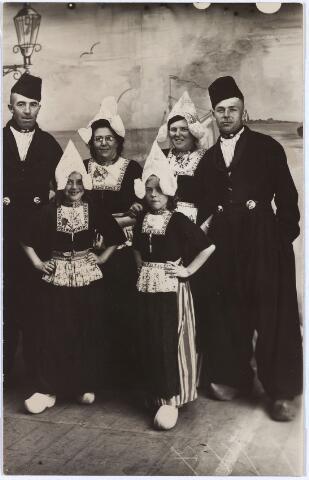 012026 - Toerisme. De familie BREKELMANS-DE ROIJ bezoekt Volendam. Op de voorgrond Anna Maria Mathilda Brekelmans (geboren Tilburg 3 januari 1938) en haar zus Mathilda Anna Maria (geboren Tilburg 27 juli 1939). Tweede rij v.l.n.r. Frans de Roij (Fanciscus Johannes Ludovicus), geboren Tilburg 19 september 1907, zijn vrouw Annie de Roij-Raaijmakers (Anna Maria Antonia), geboren Tilburg 20 november 1907, Johanna Jacoba Maria Brekelmans-De Roij (geboren Tilburg 21 aprill 1915), en haar man bakker Gust Brekelmans (Augustinus Josephus Maria), geboren Tilburg 9 september 1909. Bakker Brekelmans woonde in de Celebesstraat, De Roij in de Atjehstraat.
