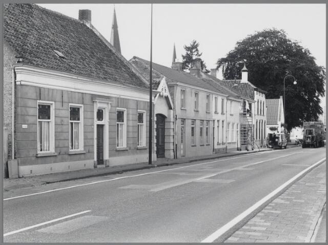 """88711 - Hoofdstraat 16, Terheijden. Rijksmonument. Herenhuis herbouwd in 1857 woonhuis leerlooier en burgemeester. Hoofdstraat 10-14 + koetshuis 16 was begin 19e eeuw herberg """"Hof van Holland"""" met daarin de secretarie."""