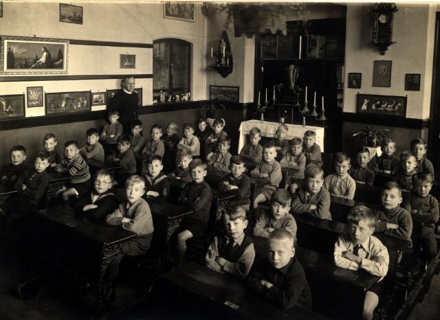 055030 - Onderwijs. R.K. lagere jongensschool St. Paulus (Besterd) Achter in de klas staat een altaartje.