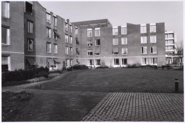 024841 - Binnenplaats van verzorgingstehuis St. Jozefzorg aan de Kruisvaarderstraateind 1985