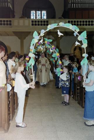 1237_002_262-1_004 - Religie. Rooms Katholieke Kerk. Communicanten in de Korvelsekerk 2001. Ontvangst in de kerk. Met een erehaag.