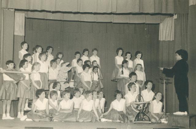 651617 - Meisjesschool Vincentius. Tilburg. Er werd ook een schoolconcert gegeven. Het koor met de dirigent.