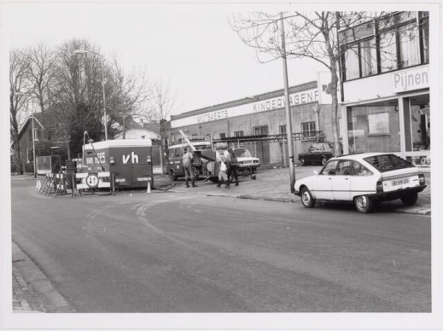 042239 - Riolering. Personeel van Van Hees bezig met het zuiveren en herstellen van de riolering in de Groenstraat ter hoogte van kinderwagenfabriek Mutsaerts