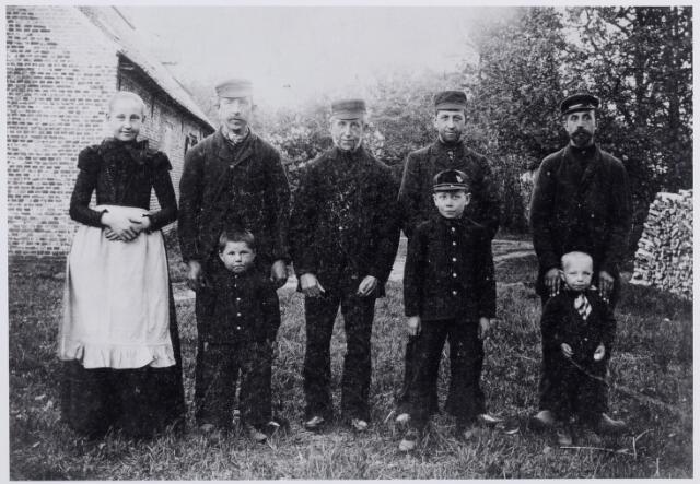 046199 - De familie Van der Zande bij het huis Dennenoord op Nieuwkerk (Goirle), waarschijnlijk in de zomer van 1901. Van links naar rechts Maria Wilhelmina (Mina) van der Zande, geboren te Goirle op 12 juli 1887. Zij trad op 24 november 1903 in bij de franciscanessen van Oirschot en werd aldaar op 30 november 1905 geprofest als soeur M. Egidia van de H. Antonius. Zij overleed te Oirschot op 3 september 1961 in het St. Franciscushof. Vervolgens haar broer Cornelis (Cor) van der Zande, wever, geboren te Goirle op 22 november 1863 en aldaar overleden op 25 januari 1908. Hij trouwde met Cornelia (Kee) Bekkers. Voor hem zijn zoontje Adrianus Cornelis Josephus van der Zande, geboren te Goirle op 21 maart 1896 en ongehuwd overleden te Tilburg op 23 oktober 1970. Wever Willem van der Zande, geboren te Goirle op 20 augustus 1841 en aldaar overleden op 25 maart 1913. Hij was een zoon van Cornelis van der Zande en Maria Smulders en weduwnaar van Petronella van Besouw. Hendrikus (Drik) van der Zande, geboren te Goirle op 17 maart 1868 en aldaar overleden als weduwnaar van Maria Otten op 30 januari 1949. Voor hem zijn zoon Johannes Cornelis Josephus (Jan) van der Zande geboren te Goirle op 8 maart 1889 en  overleden op 29 januari 1984. Tenslotte Jan Baptist (Jan) van der Zande, geboren te Goirle op 1 april 1871 en aldaar overleden op 21 mei 1951. Jan was getrouwd met Maria J.E. (Bet) Stabel en woonde enige tijd op Dennenoord, waarvan zijn schoonvader pachter was. Voor hem zijn zoontje Wilhelmus Cornelis van der Zande, geboren te Goirle op 15 september 1897 en overleden aldaar op 22 februari 1971.