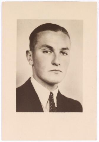 604405 - Tweede Wereldoorlog. Oorlogsslachtoffers. Joseph Marie van de Mortel (Joost), werd geboren op 5 april 1919 in Tilburg en overleed op 10 augustus 1944 inhet concentratiekamp Vught.  Joost van de Mortel was een van de hoofdfiguren van de illegale 'Trouw' groep. Hij verrichtte vele soorten illegaal werk. Hij hielp bijvoorbeeld de Franse generaal Giraud terug te keren naar Duitsland; verzamelde wapens van de Duitsers en zorgde ervoor dat die terecht kwamen op een verzamelplaats in de Peel; organiseerde overvallen op gemeentehuizen en distributiekantoren en zorgde voor valse passen en persoonsbewijzen voor hen die door de Duitsers gezocht werd. Ook hield hij zich bezig met spionage en hij had een geheime zender.  Op 13 april 1944 werd Van de Mortel door de Duitsers gearresteerd en overgebracht naar Haaren. Eind juli werd hij met 22 andere Trouw medewerkers door een Polizeistand- gericht in Haaren ter dood veroordeeld. Met deze doodvonnissen probeerden de Duitsers de verschijning van 'Trouw' onmogelijk te maken. De doodvonnissen zouden niet worden uitgevoerd op voorwaarde dat de krant (Trouw) niet meer zou verschijnen. Het ultimatum liep af op 9 augustus 1944 om 10 uur 's morgens. Toen er geen antwoord kwam van  'Trouw' werden twaalf man gefusilleerd in de avond van 9 augustus en de volgende avond nog eens 11 mannen.