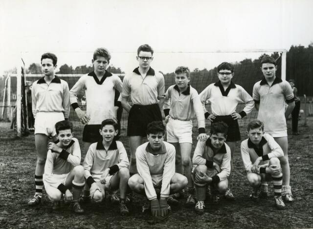 092044 - Een elftal van de St. PAULUS-HBS tijdens het Paasvoetbaltoernooi 1961, op het Odulphusterrein aan de Bredaseweg.