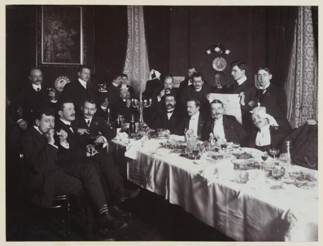 068539 - Diner van eerstejaars studenten  te Amsterdam op 7 november 1902. Een van hen is Jan van de Mortel