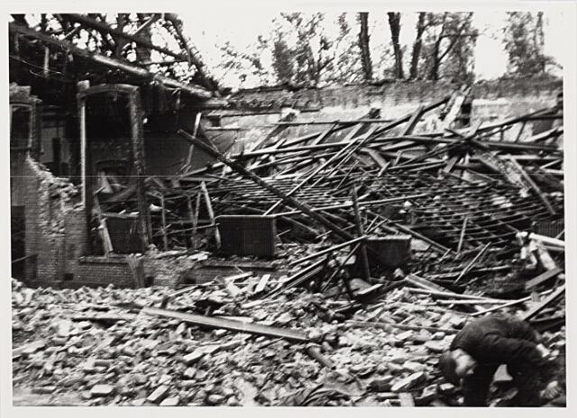 012426 - Tweede Wereldoorlog. Vernielingen. Restanten van de Harmonie-bioscoop in de Stationstraat na een bomexplosie op 2 november 1944, waarbij wonder boven wonder geen slachtoffers vielen. Wel raakten enkele Britse soldaten gewond