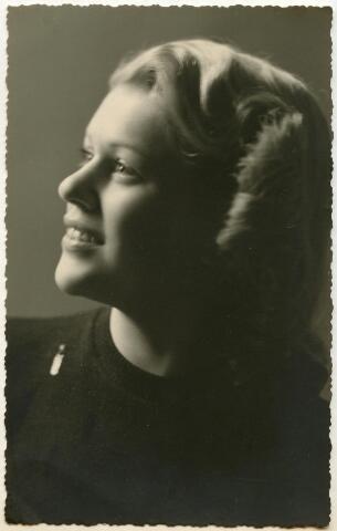 601939 - Virginie Leonie Maria Theresia Le Jeune, geboren te Tilburg op 17 juni 1924 en aldaar overleden op 17 december 1971. Op 8 juli 1947 trad zij in het huwelijk met de Tilburgse hoffotograaf Leo van Beurden (1905-1961).