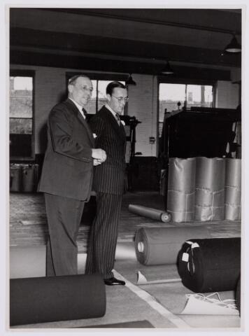 037678 - Textielindustrie. Prins Bernhard en Hein Enneking sr. in het stukkenmagazijn van H. F. C. Enneking aan de Goirkestraat halveerwege november 1950