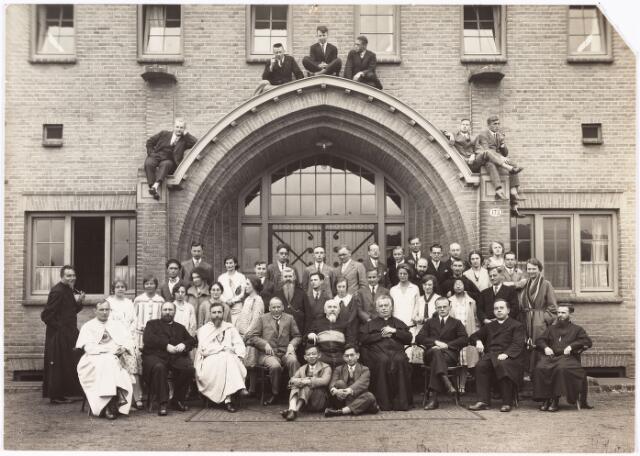 008622 - Missiecursus bij de 'Rooij' Pannen'. Zittend vierde van rechts father dr. Hubertus Ahaus geboren te dordrecht 26 juli 1877. In 1900 werd hij tot priester gewijd en maakte missiereizen naar o.a. Filipijnen, Brits Indië, China, Hongkong, de Nederlandse Antillen, Borneo en Afrika.